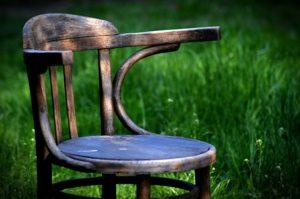 Jak wybrać drewniane krzesło do salonu?